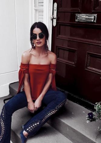29-Camila Coelho veste Calça Tall Flare Bordada Azul Canal - Look do dia