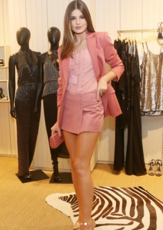 Camila Queiroz veste Shorts Saia Tayna Lelis Blanc - Look do dia - lookdodia.com