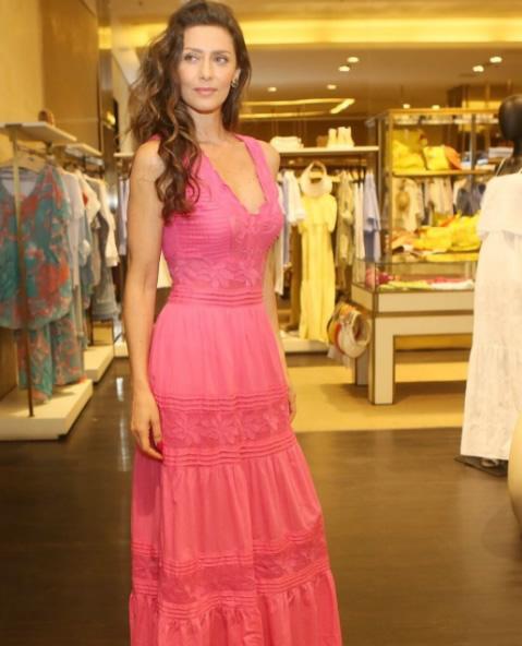 Maria Fernanda Candido veste Vestido Lonfo Pink Lelisblanc Lookdodia