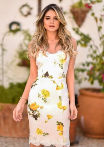 Thassia Naves veste Iorane Vestido Midi Rosas - Look do dia - lookdodia.com