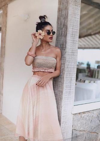 Camila Coelho veste Canal Concept Saia Shine Stripes - Look do dia - lookdodia.com