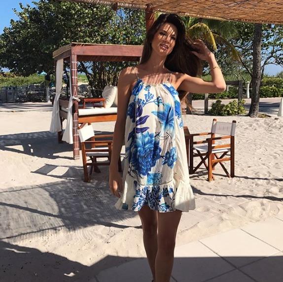 Carol Baseggio veste FARM Vestido Babado Lazuli - Look do dia - lookdodia.com