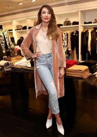 563-Patricia Poeta veste Le Lis Blanc - Capa Solid Velvet - Look do dia - lookdodia.com