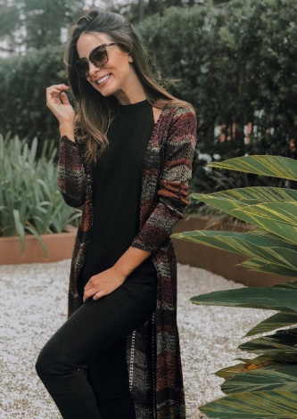 Luara Costa veste Galeria Tricot: Maxi Cardigan Vinho - Lookdodia